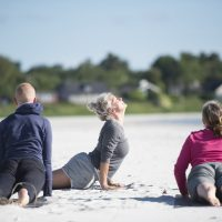 Nomi Kronberg er opvokset på Balka og bor i dag i Århus. Hun er danseinstruktør, tidligere personlig træner og har haft eget institut.   Nu er hun på Bornholm med et nyt tilbud denne somer, hvor hun til dels tilbyder dans, sandtræning, meditation, og yoga på stranden ved Balka og Dueodde.